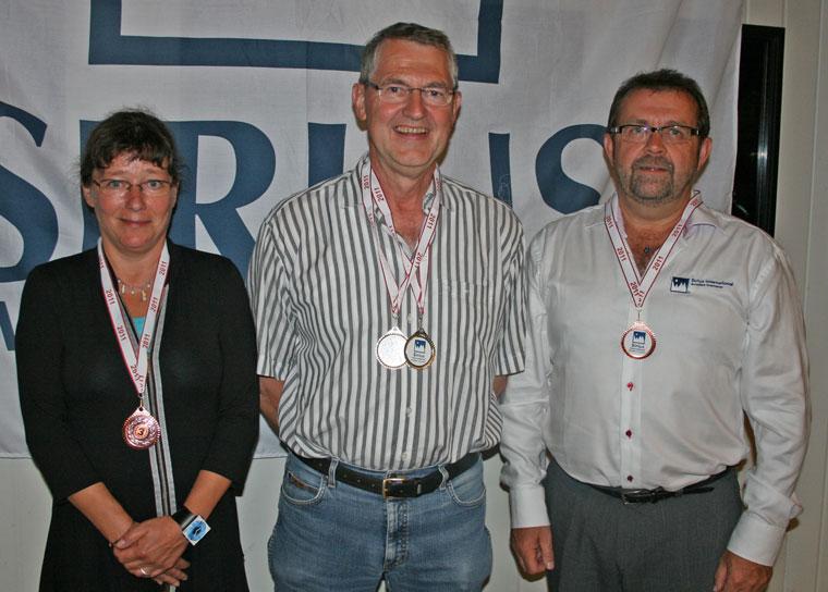 B-klassen i årets Sirius Air Rally 2011 blev vundet af Karl Erik Nielsen (i midten), der havde Svend Erik Høyby med som navigatør - han var dog ikke til stede, da præmierne blev delt ud. På andenpladsen kom Hans Jørgen Christensen (th) sammen med Vibeke, der ses til venstre. Tredjepladsen blev besat af Siamak Glaring og Hans Petter Clausen - begge var dog smuttet inden fotograferingen. Både 1. og 3. pladserne blev således besat af Haderslev-mandskaber. Nøjagtigt som i A-klassen...