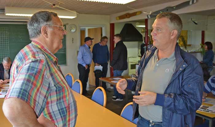 Vagn Jensen fra Luftsportdanmark drøfter dagens udfordringer med Klaus B. Kristensen (th) fra Beta Aviation International Insurance