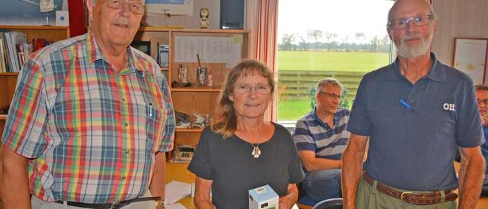 Efter en del forsøg lykkedes det for Anette og Jakob Blok at hive sejren i årets Beta Air Rally hjem. De ses her sammen med Vagn Jensen fra Luftsportdanmark efter overrækkelse af førstepræmien.