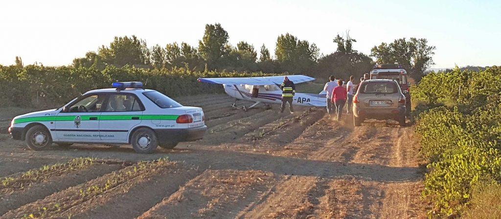 Cessna'en står lidt på tværs af kålrækkerne, men landingen foregik fint langs furerne i marken indtil de sidste par meter. Hjulene tog marken nogenlunde ved politibilen, der er parkeret på tværs.