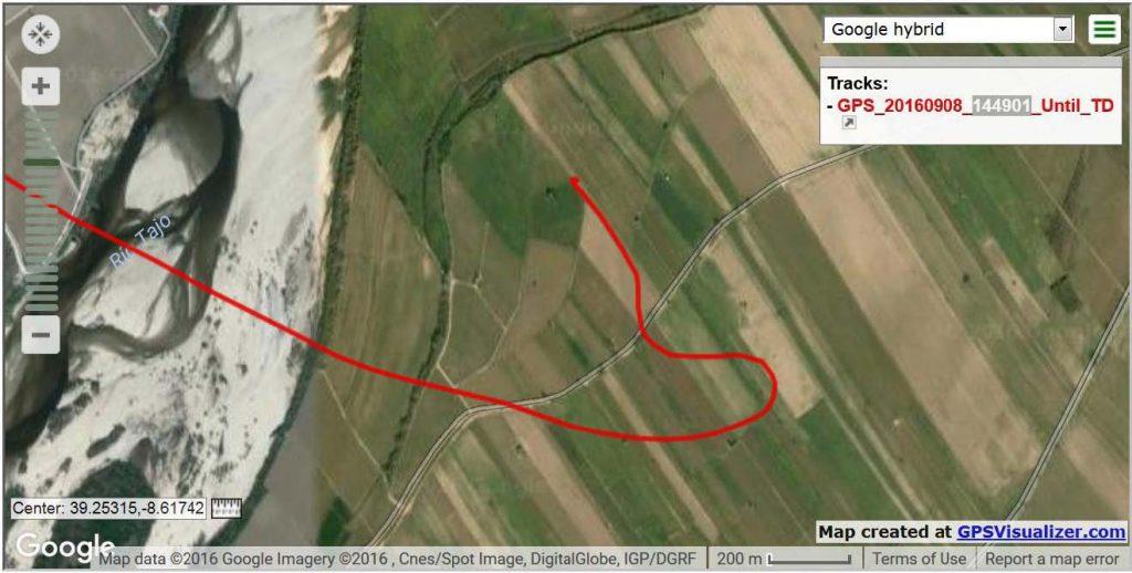 Vi havde hele 3 gps loggere med, så der er en ualmindeligt veldokumentet landing. Her ses selve track nogelunde fra deet sted, hvor motoren går i stå. Og en nogenlunde normal venstehåndsanflyvning til kålmaken